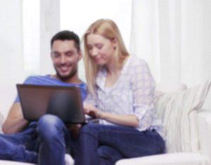 Conjoints amoureux découvrant des amants potentiels sur un forum candauliste