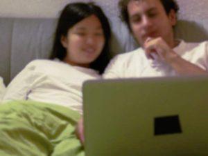Couple parcourant des profils d'hommes seuls à rencontrer